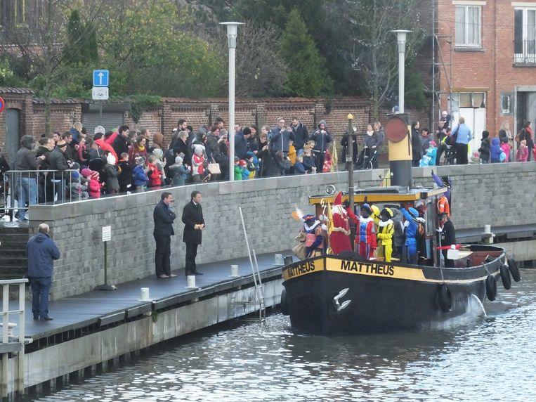 Deinze: Sinterklaas arriveert met zijn stoomboot.