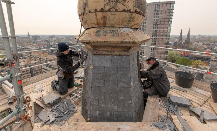 Leidekkers aan het werk aan de laatste leitjes voor de toren van de Paterskerk aan de Kanaalstraat in Eindhoven, aan de voeten van Jezus Waaghals.