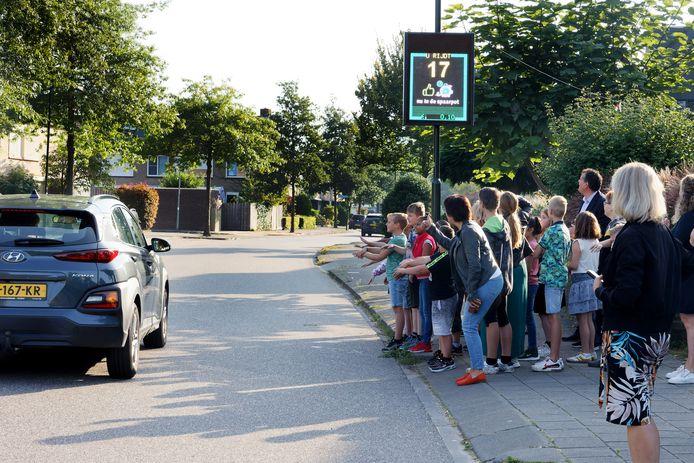 Kinderen van De Vorsenpoel in Boxtel moedigen automobilisten aan om zachter te rijden.