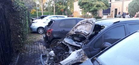 Zes auto's in brand in Nijmeegse wijk Weezenhof: 'Die splinternieuwe Mercedes is niet van een van de bewoners'