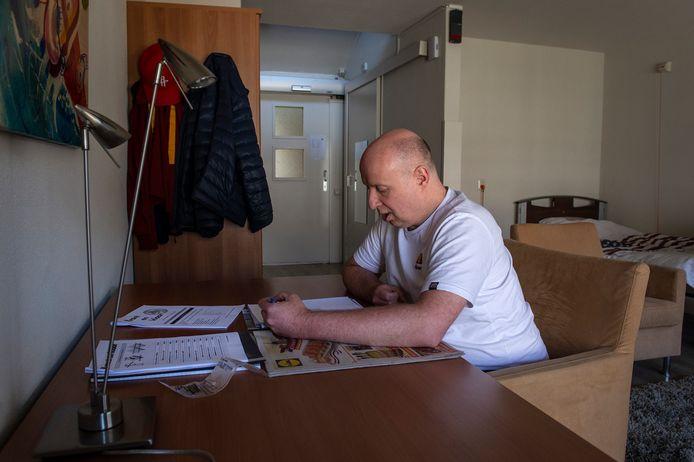 Rob de Louw kreeg corona, met als complicatie een hersenbloeding. Hij was genoodzaakt met zijn lampenwinkel in Den Bosch te stoppen.