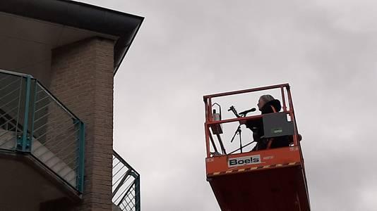 Lenny Kuhr ging ook in de hoogwerker om de bewoners van de bovenste etages van verpleeghuis Dommelhoef in Eindhoven toe te zingen.