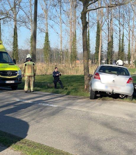 Moeder (42) raakt van de weg af en belandt tegen boom met kind (5) op achterbank
