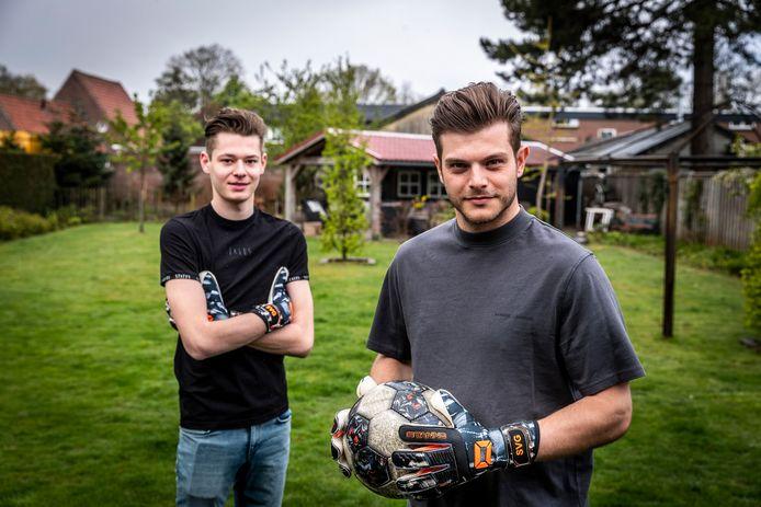 Stijn van Gassel (r) en schoonbroertje Jim Wijnen trainen geregeld met elkaar in de achtertuin in Someren-Eind. Dat zal volgend seizoen lastiger worden, nu Van Gassel naar Excelsior verkast.
