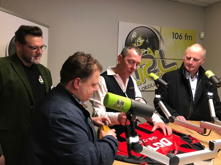 Herman Verbruggen signeert een voetbalshirt.
