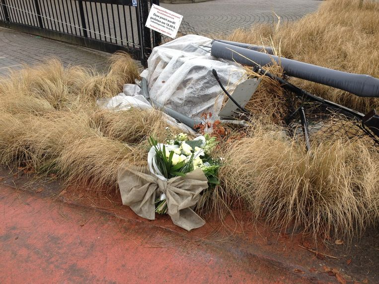 Aan de plaats van het ongeval werden zondag bloemen neergelegd.
