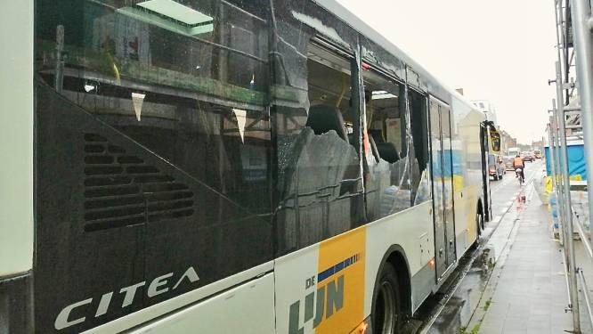 Auto wordt na botsing met Lijnbus gekatapulteerd op ander rijvak: 3 mensen afgevoerd naar ziekenhuis