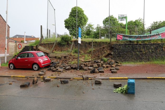 Enkele stenen belandden ook op straat.