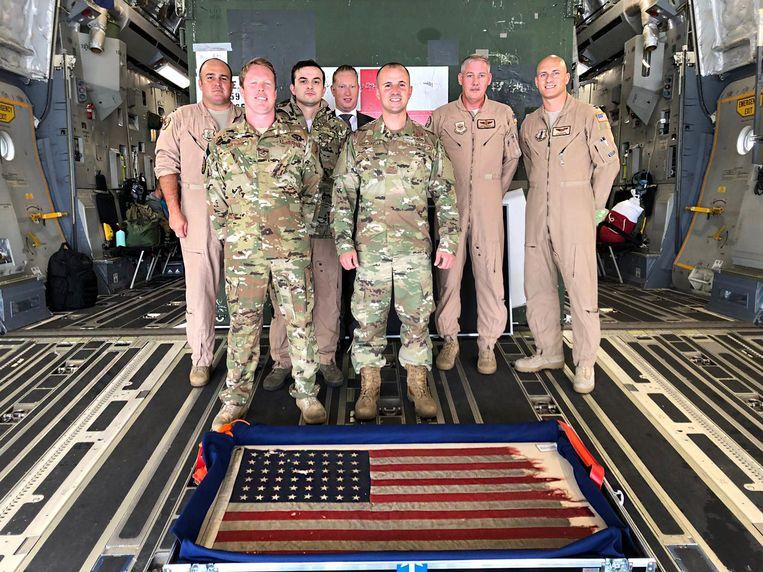 De D-day vlag van Bert Kreuk werd vervoerd naar de USA met een Amerikaans militair vliegtuig. Beeld USAF