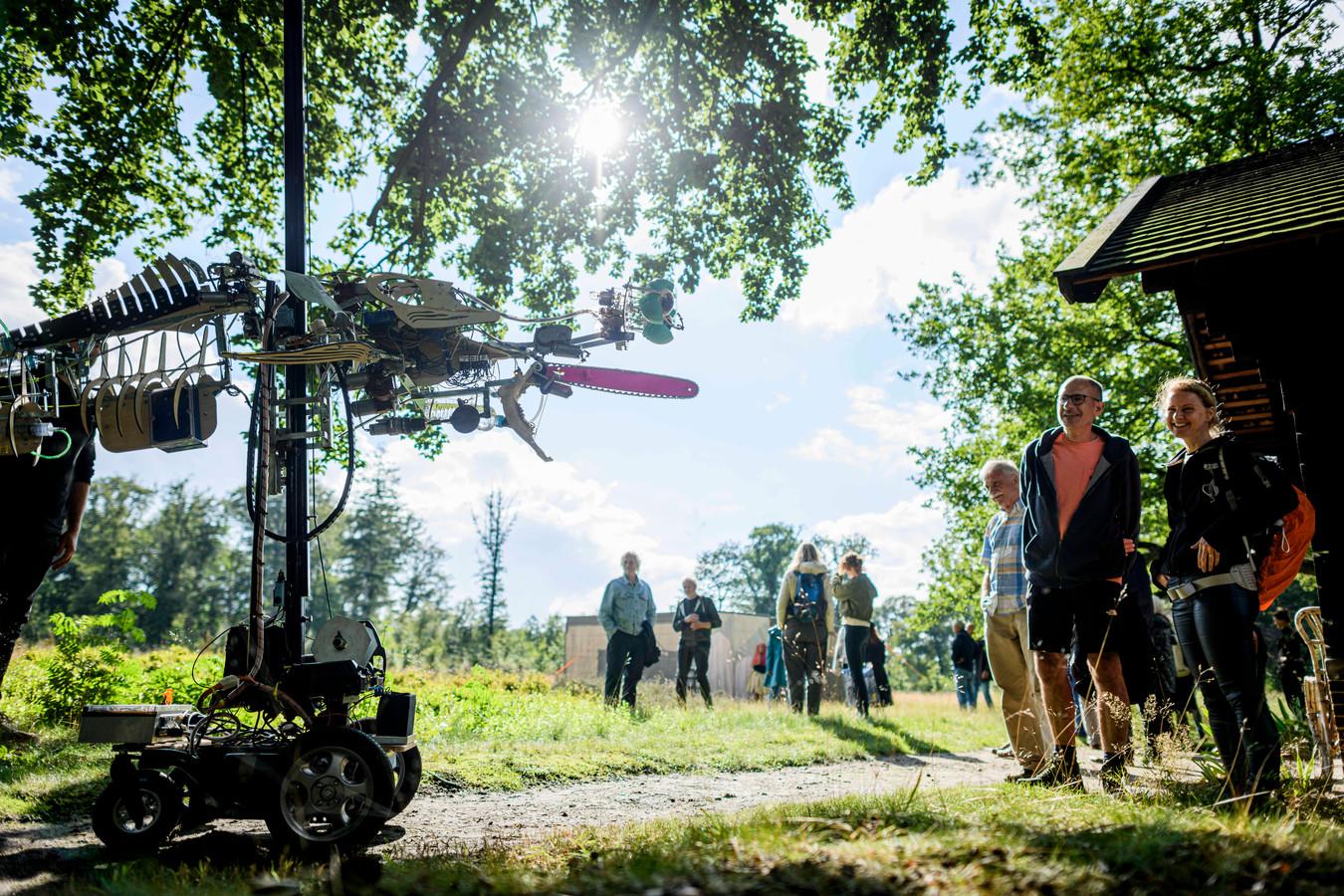 Festival Heimland is vanwege corona uitgesmeerd over meerdere weekenden in de vakantie. Zondag was er een picknick met optredens in de tuin van Kasteel Nijenhuis.
