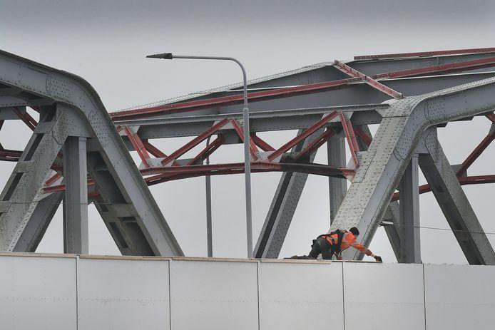 De Thompsonbrug bij Grave. Wordt sinds de zomer aan gewerkt. Zwaar verkeer moet omrijden. Dit jaar worden de werkzaamheden afgerond.