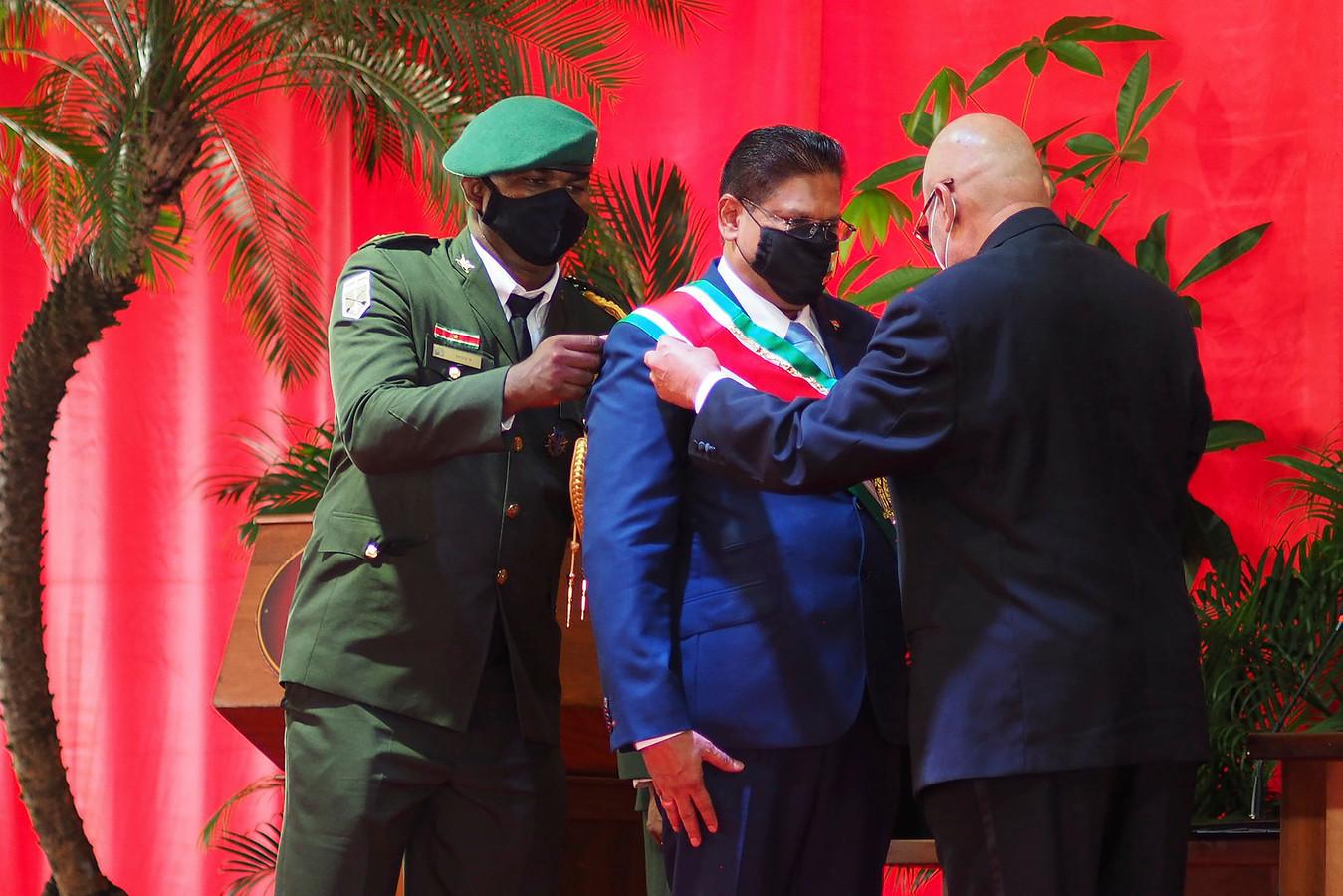 Chan Santokhi is een jaar president van Suriname. De betrekkingen met Nederland zijn hersteld, maar de economie van het land werd keihard geraakt door de coronapandemie.