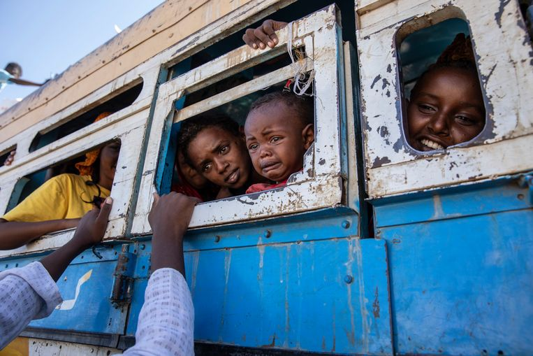 Vluchtelingen uit het Ethiopische Tigray in een bus richting de Sudanese grens.  Beeld AP