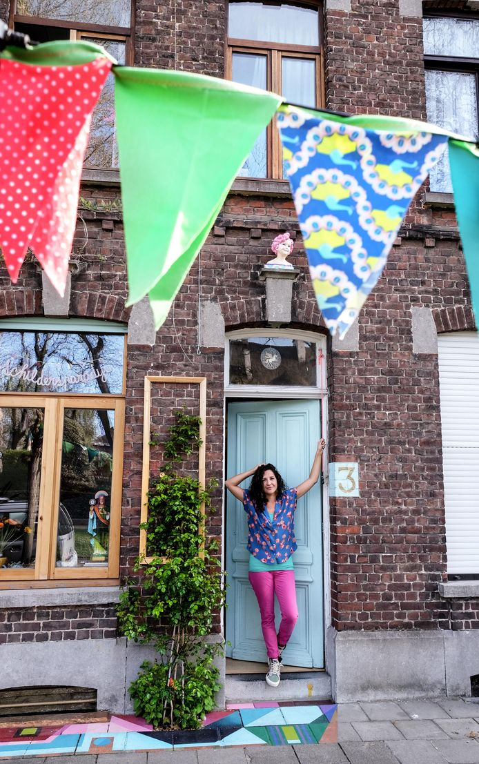 Het huisje heeft veel bekijks, mede door de vele vlaggetjes.