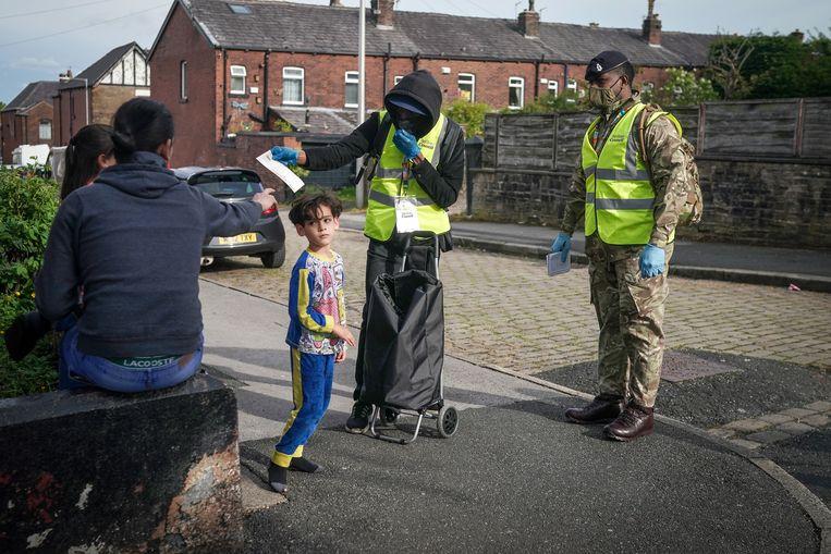 Soldaten helpen bij de distributie van PCR-tests in de Engelse plaats Bolton. Beeld Getty Images