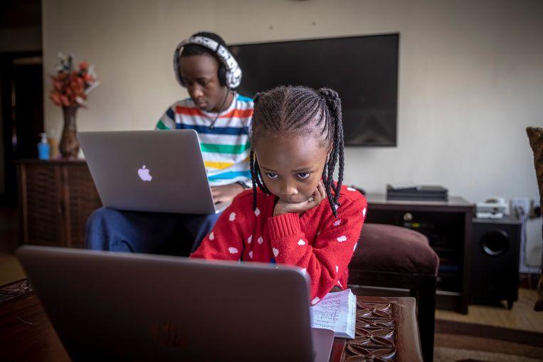 Vanwege corona zijn alle scholen al maanden dicht in Kenia. Kinderen en jeugdigen zitten noodgedwongen thuis. In rijkere gezinnen kunnen ze zich online onderwijs veroorloven.  Beeld Sven Torfinn