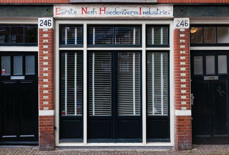 Zaterdag 11 september stuitten we op de gevelreclame voor de Eerste Nederlandse Hoedenvorm Industrie, op Prinsengracht 246. Een van de weinige herinneringen aan het grote aantal hoedenmakers dat sinds de zeventiende eeuw actief was in de Jordaan. Winnaar van het jaarabonnement op Ons Amsterdam is Koos Kok. Beeld Nina Schollaardt