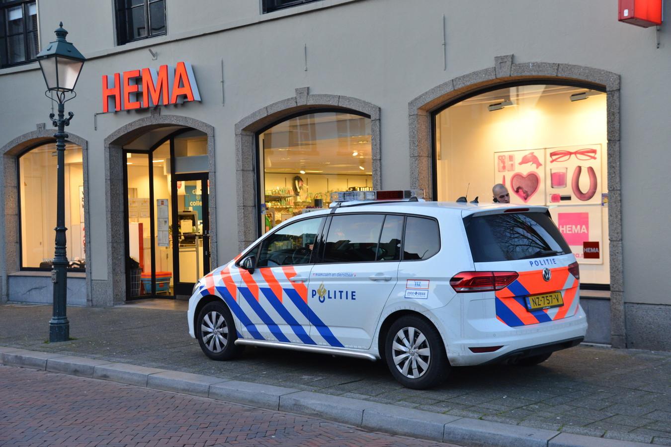 Een politieauto, geparkeerd voor de HEMA in Princenhage, waar een gewapende overval heeft plaatsgevonden.