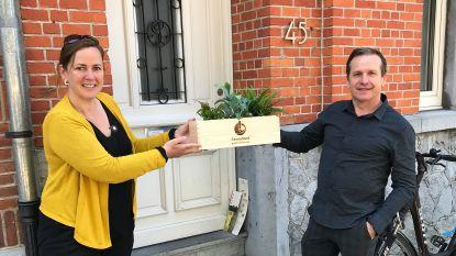 Bedenker van de huiskamerquiz in de bloemen gezet door de gezinsbond