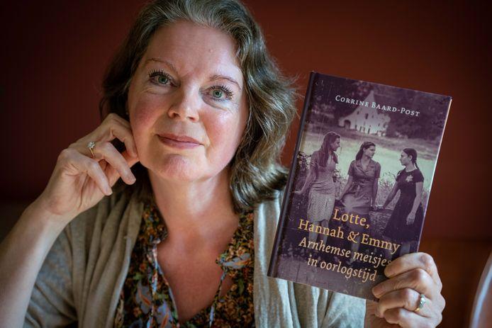 Corrine Baard met haar boek Lotte, Hannah & Emmy, Arnhemse meisjes in oorlogstijd.