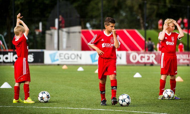 Jonge voetballers bij een clinic van Ajax. Beeld ANP