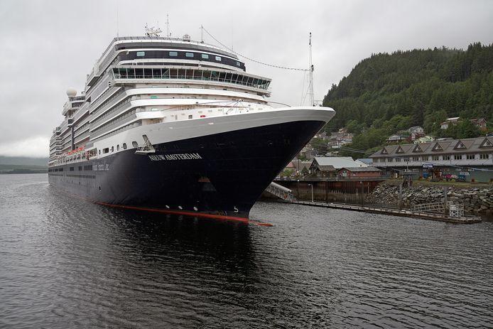 Cruiseschip New Amsterdam ligt voor anker in Ketchikan, Alaska. De vijf toeristen in het gecrashte vliegtuigje waren passagiers van de Nieuw Amsterdam.