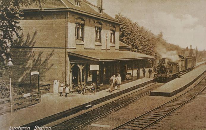 Het stationsgebouw in Lunteren in het begin van de twintigste eeuw.