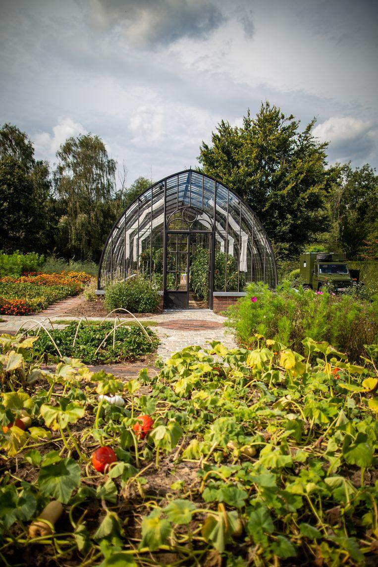 Een voedselbos met pluktuin en prachtige serre in Berlare, ontworpen door Toon Roosen. Beeld Jens Vanden Abeele