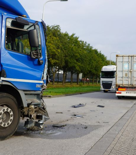 Flinke ravage na botsing tussen twee vrachtwagens in Tilburg