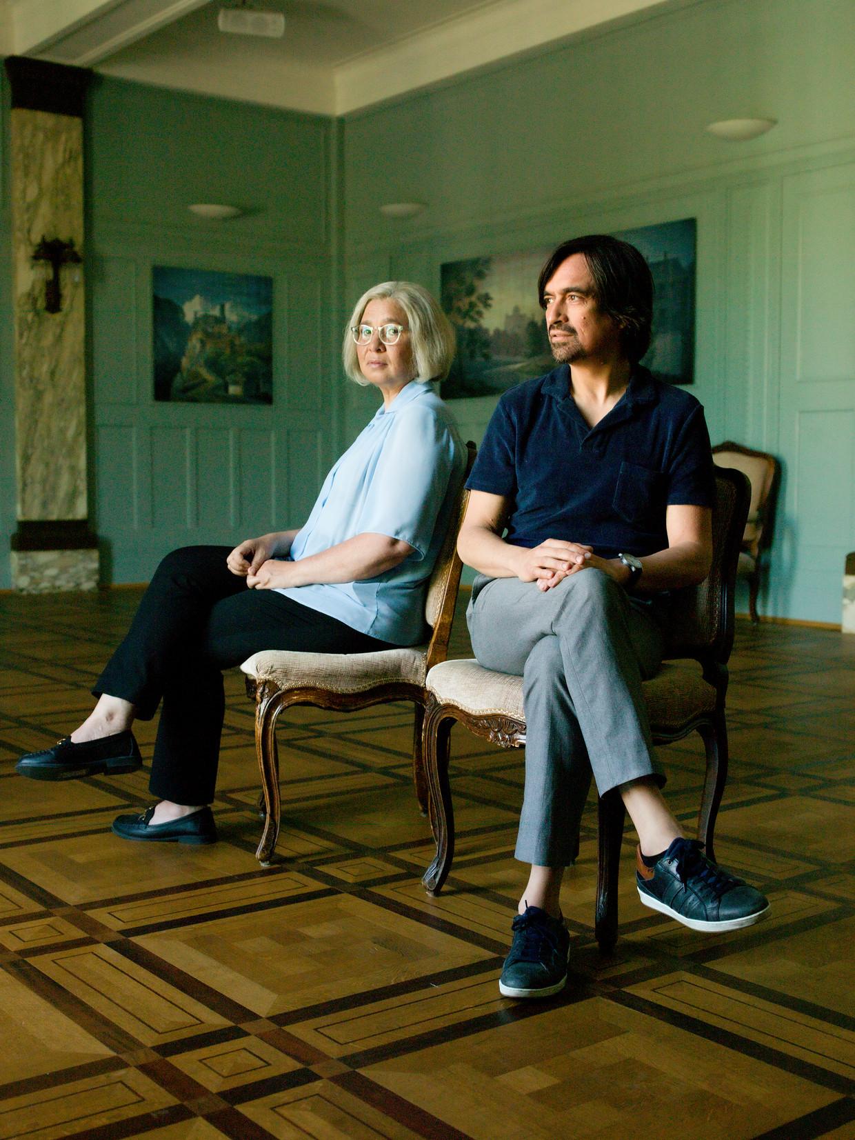 Theaterregisseur Eric de Vroedt en actrice Esther Scheldwacht, die in de voorstelling zijn moeder speelt.  Beeld Eva Roefs