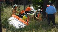 Mercedes belandt in gracht: brandweer moet bestuurder bevrijden