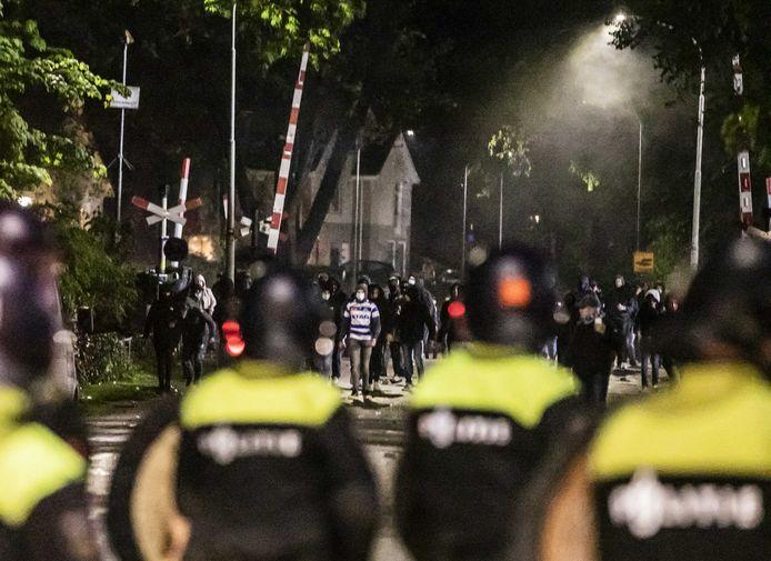 ME in actie bij de rellen in Doetinchem op woensdag 12 mei.