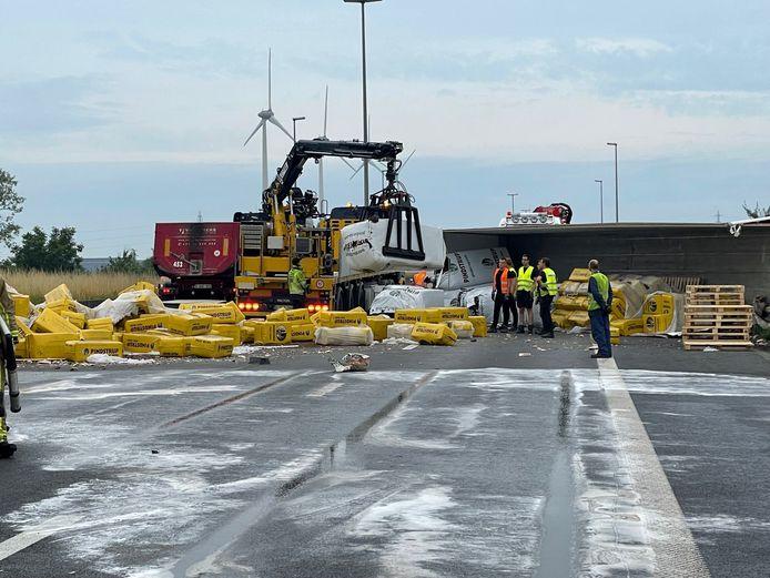 De lading potgrond moest overgeladen worden naar een andere vrachtwagen vooraleer de takelwerken konden starten.