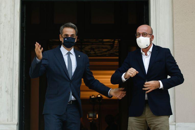 De Griekse premier Kyriakos Mitsotakis (l.) verwelkomde de voorzitter van de Europese Raad Charles Michel voor een vergadering vorige week. Beeld EPA