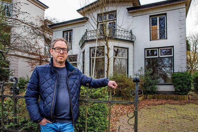 Berry Meester, kenner van de historie van De Parken en woordvoerder van buurtbewoners die bezwaar maken tegen sloop, bij de betwiste villa.