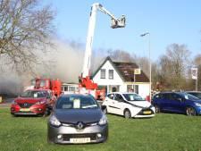 Buurtbewoners halen auto's uit brandende garage in Steenwijkerwold 'Dat kun je beter doen dan erbij staan filmen'