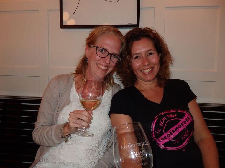 Bloggers Bregje Boer (l, Bregblogt) en Joyce van de Pas (Mamsatwork): 'Ik heb één kind achter een diepvriesmaaltijd gezet, de ander achter de pc, en ben vertrokken.' Beeld Schuim