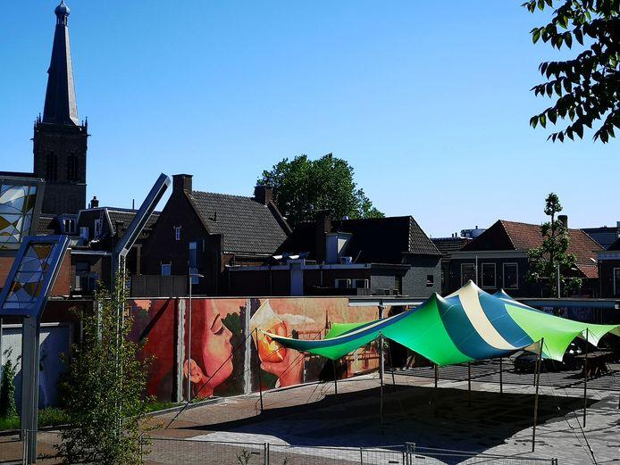 Het Joop Sarsplein in Doetinchem, overdekt met de Achterhoekse vlag. Archieffoto: Bas Janssen