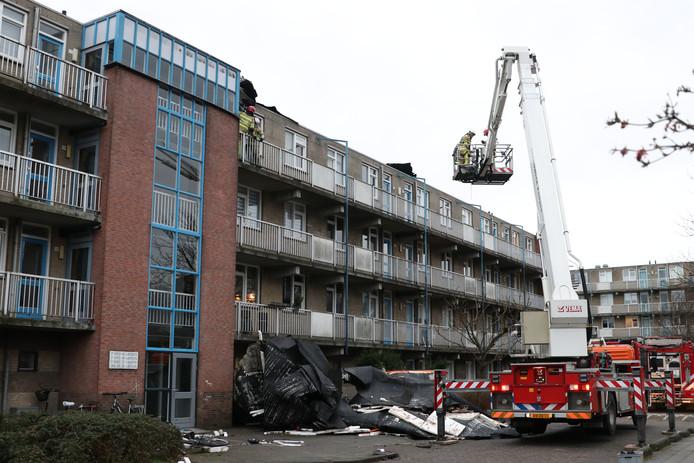 In Emmeloord hadden bewoners van een flat aan de Staalstraat ineens geen dak meer boven hun hoofd.