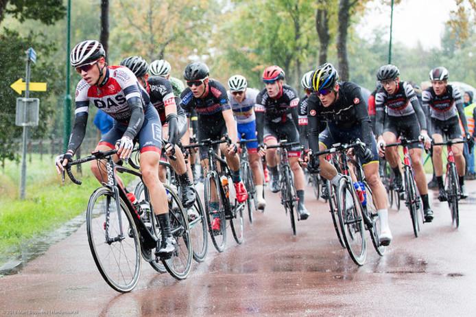 Renners onderweg in de 1e Omloop van Hil en Moer.