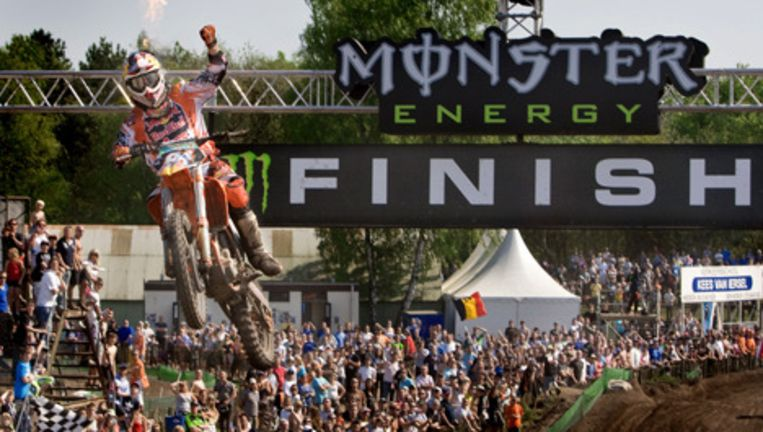 Jeffrey Herlings wint de MX2 klasse, maandag tijdens het WK motorcross in Valkenswaard. Foto ANP Beeld