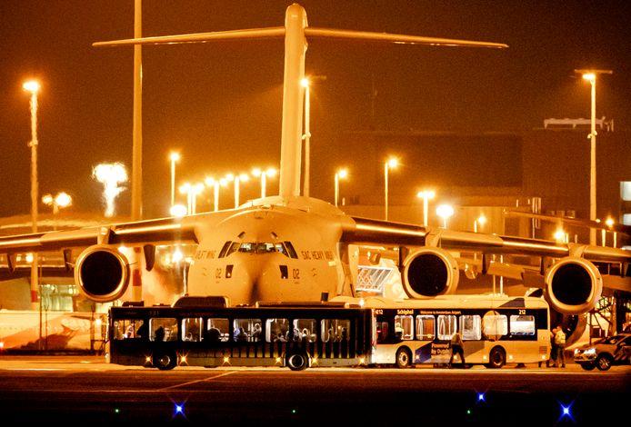 Het eerste vliegtuig met 35 Nederlandse evacues uit Afghanistan tijdens de landing op Schiphol. Archieffoto.