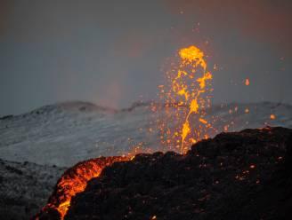 Fotograaf maakt adembenemende foto van vulkaanuitbarsting én noorderlicht