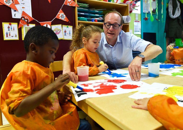 Minister van Onderwijs Ben Weyts bezocht een kleuterschool in november vorig jaar. Beeld Photo News