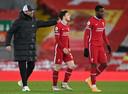 Jürgen Klopp troost Andy Robertson na de 0-2 tegen Everton afgelopen zaterdag.