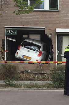 Auto rijdt woning binnen in Helmond; bewoner zag auto recht op zich afkomen