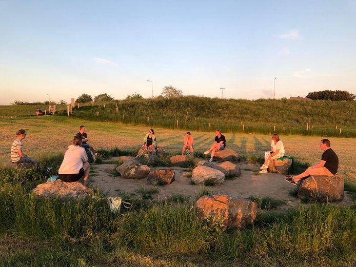 Overleg in de steencirkel in de uiterwaarden bij Heteren. Het chillstrand bij het jongerencentrum in Heteren gaat een jaarlijks evenement worden.