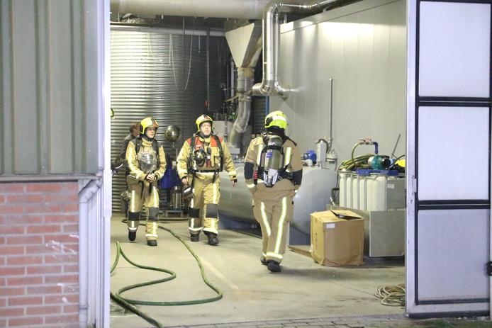 De brandweer onderzoekt een melding van brand in een kwekerij aan de Alkemadelaan in Monster.