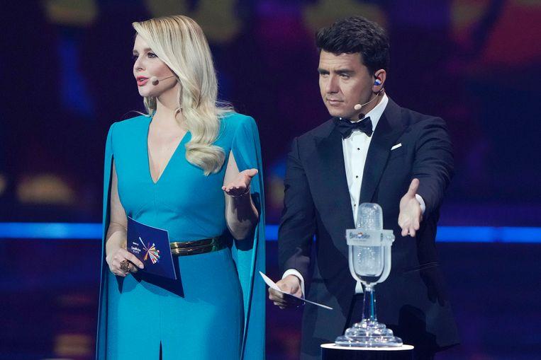 Chantal Janzen en Jan Smit bij de Songfestival trofee. Beeld Brunopress