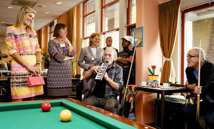 Koningin Maxima bezoekt een inloophuis voor mensen die lijden onder sociale uitsluiting. Een doelgroep die volgens Albert-Jan Cloo wel degelijk aan de verkeerde kant van een tweedeling terechtkomt bij de invoering van een 'QR-samenleving'.